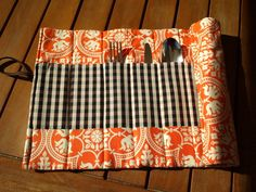 Una sencilla manualidad para crear tu propio porta cubiertos para usar en picnics o comidas fuera de casa. Picnics, Diy Crafts, Gifts, Ideas, Tela, Tejido, Place Mats, Cutlery, Cases