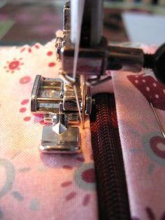 Tuto pour coudre une fermeture éclair sur une trousse. Coin Couture, Couture Sewing, Sewing Hacks, Sewing Tutorials, Costumes Couture, Smocking Tutorial, Techniques Couture, Mode Inspiration, Diys