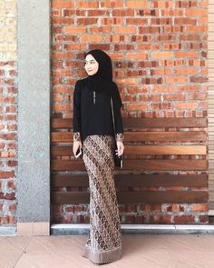 Mynn pakai Ethereal Kurung from color Black size S. Ada juga color Navy Blue, Turquoise and Nude Yang paling best… Kebaya Modern Hijab, Kebaya Hijab, Batik Kebaya, Kebaya Dress, Kebaya Muslim, Batik Dress, Look Fashion, Fashion Outfits, Emo Outfits