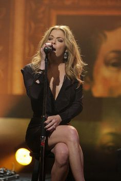 LeAnn Rimes sings on Tonight Show