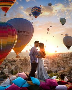 Lost in Love admist the Hot Air Balloons in Cappadocia, Turkey Couple Photography Poses, Travel Photography, Romantic Photography, Wedding Photography, Vacaciones Gif, Open Air, Cappadocia Turkey, Beautiful Places To Travel, Turkey Travel
