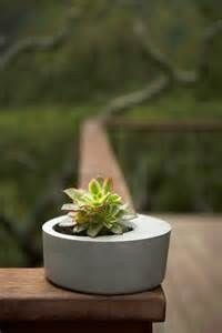 By using simple shapes that have become icons in the design, Leo Estévez forms designed to represent nature as seamless elements in the modern landscape Modern Planters, Concrete Planters, Planter Pots, Garden Terrarium, Garden Plants, Terrariums, Rock Painting Designs, Tree Care, Concrete Projects