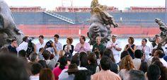 Acompañado por su esposa Karime Marcías Tubilla, el mandatario estatal reconoció el talento y trabajo de Javier Marín, quien presenta cuatro obras de gran formato y dos esculturas independientes realizadas en bronce y en resina poliéster.