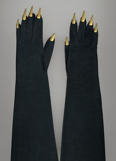 Elsa Schiaparelli. Gants du soir « Griffes », 1936. Veau-velours, application de faux ongles en métal doré, couture sellier, couture piquée.  Galliera, GAL1984.2.10AB, don de Madame Delbée.