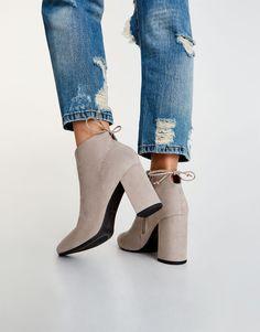 Botins de tacão com laçada - Botins - Sapatos - Mulher - PULL&BEAR Portugal