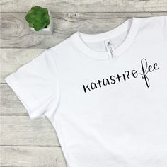 Lettering T-Shirt Katastrofee Katastro Fee Fee Katastrophe Quote Funny - Quotes T Shirt - Ideas of Quotes T Shirt - Lettering T-Shirt Katastrofee Katastro Fee Fee Katastrophe Quote Funny Quote Handletteringquote Funny Quotes For Instagram, Funny Quotes For Teens, Baby Shirts, Kids Shirts, T Shirts For Women, Upcycling T Shirts, Hipster Mode, Quote Tshirts, Letter T