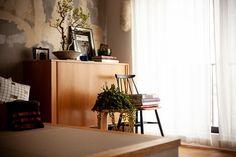 リビングには畳の小上がりを設けました。畳の素材は、ずっと緑色を保てる紙製の畳にしました。 #T様邸南行徳 #小上がり #畳 #DAIKEN畳 #EcoDeco #エコデコ #リノベーション #renovation #東京 #福岡 #福岡リノベーション #福岡設計事務所 Desk, House, Furniture, Rooms, Japan, Home Decor, Bedrooms, Desktop, Decoration Home