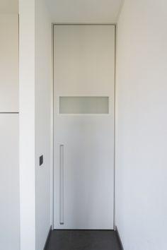 Bloc porte intérieure moderne avec bandeau en verre acidifié. La porte de Anyway Doors est toujours sur mesure.