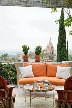 Join us on a tour of the San Miguel de Allende house of Jorge Almada and Anne-Marie Midy for a lesson in color theory. Outdoor Balcony, Outdoor Rooms, Outdoor Gardens, Outdoor Living, Outdoor Furniture Sets, Outdoor Decor, Rooftop Terrace, Cozy Furniture, Outdoor Retreat