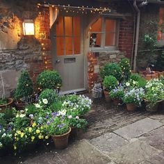 80 Beautiful Front Yard Cottage Garden Landscaping Ideas – Homekover – Welcome Small Courtyard Gardens, Back Gardens, Small Gardens, Outdoor Gardens, Country Cottage Garden, Cottage Garden Design, Cottage Patio, Pot Jardin, Design Jardin