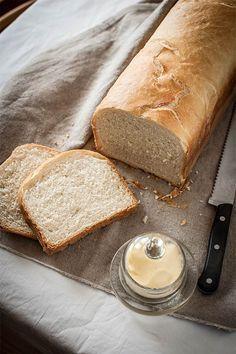 Con la mano en el corazón, a mí el pan de molde de toda la vida siempre me ha parecido lamentable. Solo lo podía soportar tostado, sin tostar me daba mucha pena. Así que la primera vez que elaboré una receta de pan de molde básico tuve una revelación: claro, querida, por eso el de la tienda no te gustaba, porque era de mentira. Totalmente. Por eso os recomiendo que si os gusta el buen pan probéis a hacerlo, aunque sea una vez. Nunca volveréis a ser los mismos. A priori, ¿en qué se diferencia… Pan Dulce, Pan Bread, Bread Cake, Basic Bread Recipe, Bread Recipes, Cooking Recipes, Salty Foods, Galette, Beignets