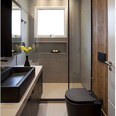 """""""Banheiro, destaque para a faixa de madeira destacando o vaso sanitário e revestimentos nude, super bacana!!! Projeto by @deborahroig8 #bathroom #decor…"""""""