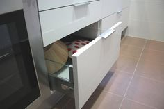 #diseño de #cocinas Diseño de cocinas en Getafe cocina moderna modelo Lugo blanco Silestone cemento spa tirador lengueta #getafe #madrid