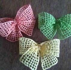 Crochet Bow Pattern, Crochet Bows, Crochet Motif, Irish Crochet, Crochet Patterns, Crochet Hair Accessories, Crochet Hair Styles, Crochet Small Flower, Sewing For Beginners