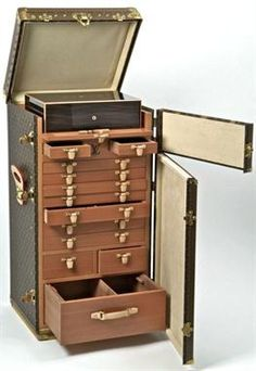 LOUIS VUITTON  Exceptionnal cigar trunk-98,50 x 50 x 45 cm (38,42 x 19,50 x 17,55 in.)