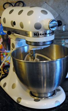 Polka Dot Decals for my Mixer! SO Cute- I'm torn between gold and white- my kitchen aid is black! Kitchen Vinyl, Old Kitchen, Kitchen Aid Mixer, Kitchen Dining, Kitchen Decor, Kitchen Aid Recipes, Kitchen Hacks, Kitchen Things, Stand Mixer Recipes