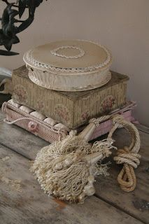 From The Netherlands loves vintage and/or shabby chic,Rufus Sewell and the Royal Family of French music Jacques Dutronc,Françoise Hardy and Thomas Dutronc Fabric Covered Boxes, Fabric Boxes, Old Boxes, Antique Boxes, Jeanne D'arc Living, Beautiful Home Gardens, House Beautiful, French Fabric, Gris Rose