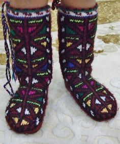 Traditional woollen socks for the 'damat' (bridegroom).  From the Sivas province.  Last quarter of 20th century.   The main pattern is called 'shepherd's button-hole'.