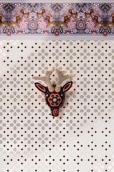 Ciervo huichol mexicano en croché, sobre un papel pintado de la ilustradora Catalina Estrada, que distribuye en España Coordonné
