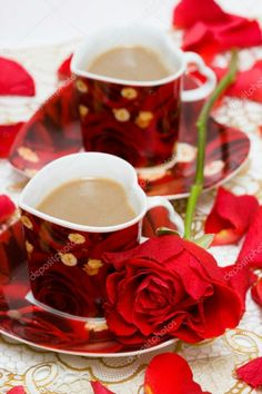 red cup of coffee Coffee Cafe, My Coffee, Brown Coffee, Chocolate Caliente, Coffee Heart, Good Morning Coffee, Tea Cakes, Mini Desserts, Tea Time