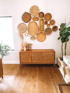 Bohemian Bedroom Decor, Boho Living Room, Living Room Decor, Living Room Inspiration, Home Decor Inspiration, Deco Studio, Brown House, Baskets On Wall, Diy Wall Decor