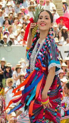 ¤ Hermosa Oaxaqueña durante el Baile de la Piña.