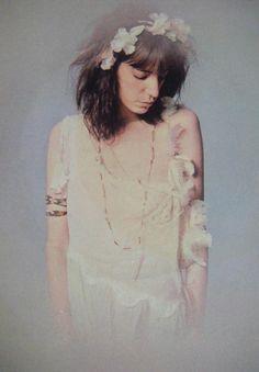 Wonderful Color Photos of Patti Smith in White Dresses Taken by Lynn Goldsmith Recital, Patti Smith Group, Lynn Goldsmith, Just Kids, Robert Mapplethorpe, Fashion Mode, Fashion Music, Quirky Fashion, Bohemian Fashion