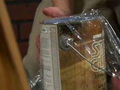 Couvrir la boite de peinture avec du film étirable avant de placer le couvercle pour éviter qu'il ne colle