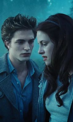 Twilight - Edward Cullen & Bella Swan (Robert Pattinson and Kristen Stewart) If i was seriously bella, i would be scared. Edward Bella, Twilight Bella Und Edward, Twilight Film, Twilight Saga Quotes, Twilight Saga Series, Twilight New Moon, Bella Cullen, Robert Pattinson Twilight, Robert Pattinson And Kristen