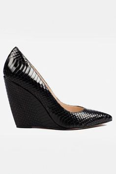 Gorgeousness, wedge and scales texture Pretty Shoes, Beautiful Shoes, Look Fashion, Fashion Shoes, Shoe Boots, Shoes Heels, Mode Shoes, Pointed Flats, Black High Heels