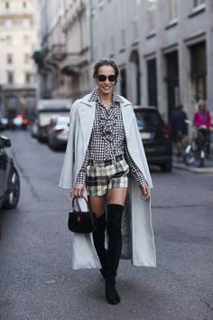 Attendees at Milan Fashion Week Spring 2018 - Street Fashion Milan Fashion Week Street Style, Street Style Trends, Spring Street Style, Milan Fashion Weeks, Cool Street Fashion, Street Chic, Street Style Women, Street Styles, Fashion Now