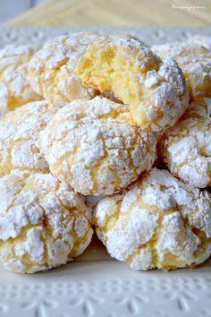 Biscuits moelleux au citron: 100g beurre mou+ 1 oeuf => battre; Jus d'un citron avec son zeste; 120g de sucre, battre; 1/2 sachet de levure chimique avec 300gr de farine à ajouter; frigo 30'. Puis prendre 1CS de pâte, à rouler dans un 1° temps dans du sucre semoule puis dans du sucre glace, Sur papier cuisson, former un rond de 4cm. espacer les boules. 15 minutes au frigo. Four 180°C, cuisson 15 minutes. C'est ok, craquant et tendre, mais + de citron la prochaine fois .: