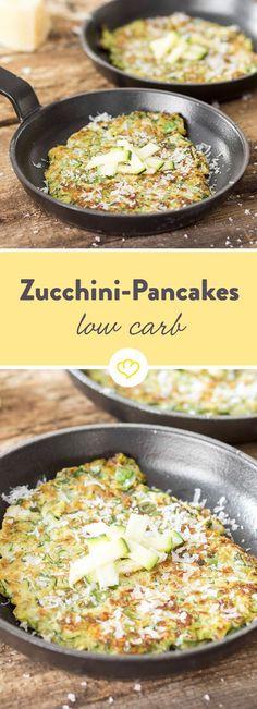Manchmal muss es einfach salzig sein. Und genau deshalb solltest du deine Pancakes mit Zucchini und Käse backen. Und mit Zwiebeln und Muskatnuss veredeln.