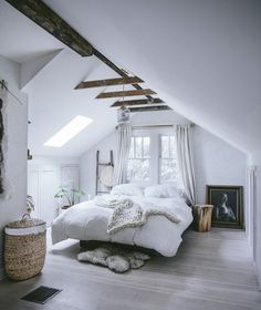 What kind of ceiling decor should you use in an attic bedroom? Great ways to decorate an attic bedroom and improve your house resale value. design master modern ceilings Attic Bedroom - How to Decorate Attic Bedrooms Attic Bedrooms, Bedroom Loft, Dream Bedroom, Home Decor Bedroom, Attic Loft, Attic Office, Warm Bedroom, Trendy Bedroom, Attic Playroom