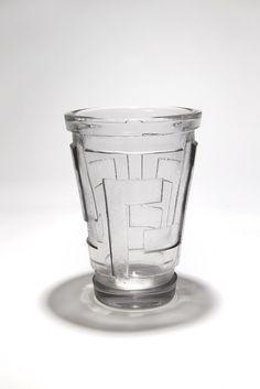Vase en verre taillé et amati de motifs géométriques. Monogrammé.Vase with geometric patterns. Monogrammed.H : 25,5 cm ( 10 '')