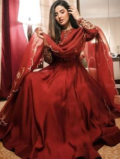 Pakistani Fashion Party Wear, Pakistani Wedding Outfits, Pakistani Dresses Casual, Indian Gowns Dresses, Indian Fashion Dresses, Pakistani Bridal Dresses, Dress Indian Style, Pakistani Dress Design, Indian Designer Outfits