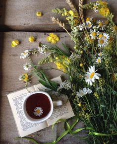 Flowers, tea, and books--yes, please! Cozy Aesthetic, Flower Aesthetic, Amazing Food Photography, Creative Photography, Coffee And Books, Coffee Art, Book Flowers, Dried Flowers, Vintage Flower Arrangements