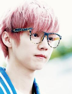 Exo Luhan, pink hair and glasses! It's just too much!! Soo cute!!!!