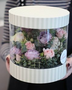 Flowers arrangements box Ideas for 2019 Bouquet Box, Gift Bouquet, Flower Bouquet Wedding, Flower Box Gift, Flower Boxes, Round Gift Boxes, Window Box Flowers, Box Roses, Flower Packaging