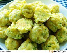 Cuketové noky usnadněné sáček bramborového těsta v prášku ( sypký polotovar ) mladá cuketa 400 g 2 celá vejce sůl hrubá mouka dle potřeby Cuketu i se slupkou si nastrouháme na slzičkovém struhadle, přidáme vejce, osolíme a promícháme. Přidáme bramborové těsto z pytlíku, opět promícháme a podle potřeby přidáme mouku. Těsto nesmí být příliš řídké. Do vroucí, osolené vody hážeme noky. Až vyplavou, vaříme ještě dalších 7 minut. Vybereme děrovanou lžící a pomašlujeme rozpuštěným sádlem Czech Recipes, Ethnic Recipes, Pumpkin Squash, Dumplings, Vegetable Recipes, Bon Appetit, Cauliflower, Side Dishes, Food And Drink