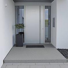 Helle Haustür, überdachter Eingang; 1 Fenster reicht