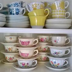 Aamukahvikupin valinta  Cups for morning coffee  Have a nice weekend  #arabiafinland#kahvikuppi#kirppislöytö#lumppula#loppisfynd#vintageporcelain#coffeecup