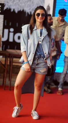 High Quality Bollywood Celebrity Pictures: Alia Bhatt Showcasing Her Sexy Legs in Denim Shorts at Justin Bieber Concert in Mumbai