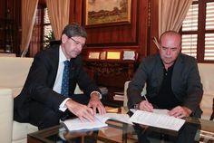 Firma del convenio del Servicio Municipal de Transporte Adaptado entre el Alcalde de Castellón, Alfonso Bataller, y el presidente de Cocemfe, Carlos Laguna.