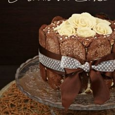 Adattamento del classico tiramisù ... una golosa crema al mascarpone fra strati di sponge cake bagnati al caffè, il tutto decorato con savoiardi al cacao e rose di cioccolato ...