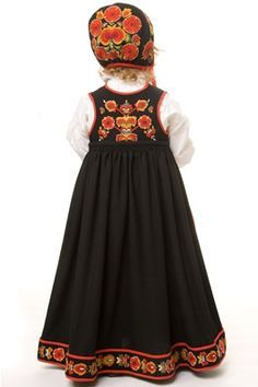 bunad from Hallingdal . back view little girl shows the gorgeous cap embroidery . Princess Costumes, Teen Costumes, Woman Costumes, Couple Costumes, Pirate Costumes, Group Costumes, Halloween Costumes, Folk Clothing, Historical Clothing