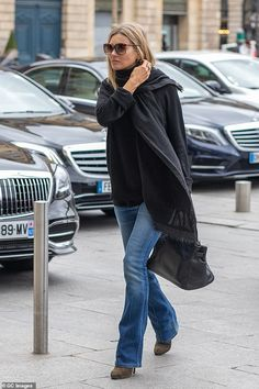 Kate Moss looks stylish as she arrives at the Hotel Ritz during Paris Fashion Week Moss Fashion, Star Fashion, Daily Fashion, Paris Fashion, Winter Fashion, Women's Fashion, Long Black Jumper, Black Jumper Outfit, Estilo Kate Moss