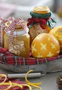 Genießer-Tablett mit Orangenmarmelade - Weihnachtsgeschenke zum Basteln - Aus Bio-Orangen gekocht: Dafür 1 kg Frucht-Filets und Saft, 25 g Schale, 1 Beutel Gelfix 2:1, 500 g Zucker mischen, pürieren, aufkochen, mindestens 3 Minuten sprudelnd weiterkochen, Gläser randvoll füllen...
