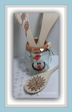 Porcelana fría, tarros de cristal en porcelana fría. Ordenar las cucharas de madera.