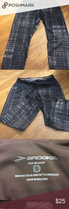 Brooks Modern Print Running Capris Back Pocket EUC Excellent used condition. Draw string waist. Center back pocket. Poly spandex blend. Reflective side panels. Brooks Pants Capris